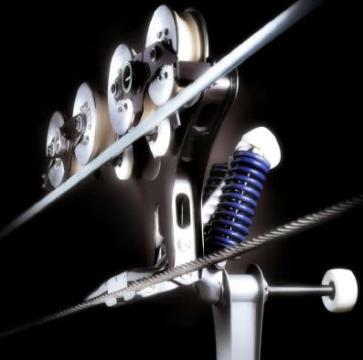 Rögzített szimpla drótkötélpályás lift tartószerkezete, alul látszik a nyitó/záró szerkezet amely a vontató drótkötélhez kapcsolódik, a felső görgősor a rögzített drótkötélen gurul. - Kattints a képre a nagyításhoz