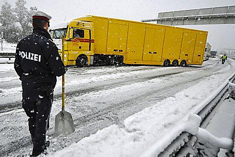 Brenner - Tirol; elakadt kamion @ APA