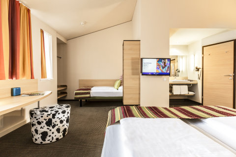 GRZ0318-AC14235770-TB-Austria-Schladming-Hotel-Duo-Bed-TV.jpg