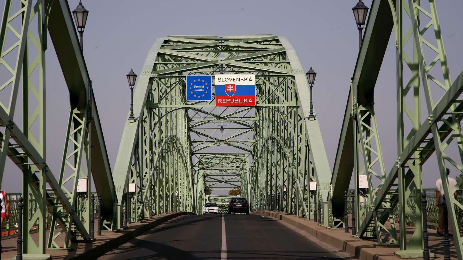 Szlovákia lezárta a magyarországi határát a külföldiek előtt