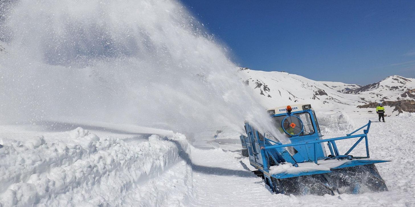 Tízméteres hó alól ásták ki Ausztria kedvenc panorámaútját